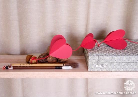 """Como fazer cortina de corações de papel -  Passo a passo com fotos - How to make a paper hearts curtain - tied heart""""- DIY tutorial  - Madame Criativa - www.madamecriativa.com.br"""