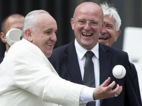 Papa Francesco riceve, ma poi la palla gli sfugge. E la papalina pure...  (Ansa)