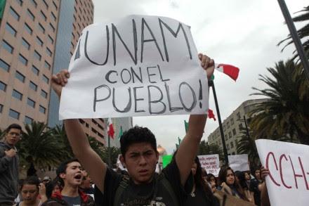 Universitarios durante la marcha de apoyo a la CNTE esta tarde. Foto: Germán Canseco
