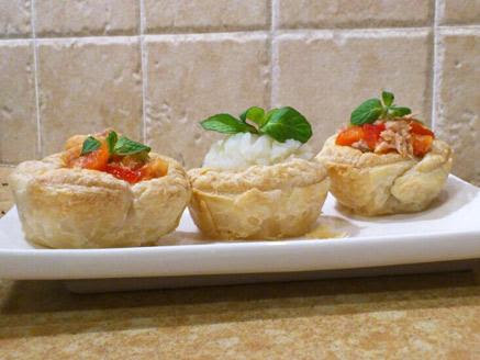 קעריות בצק עלים במילוי סלט טונה או פירה