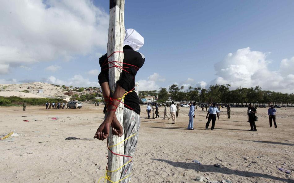 Άντρας δεμένος σε θέση αναμονής για να εκτελεστεί σε πλατεία στην πρωτεύουσα της Σομαλίας, Μογκαντίσου. Καταδικάστηκε στην ποινή του θανάτου όταν ομολόγησε τη δολοφονία δημοσιογράφου.