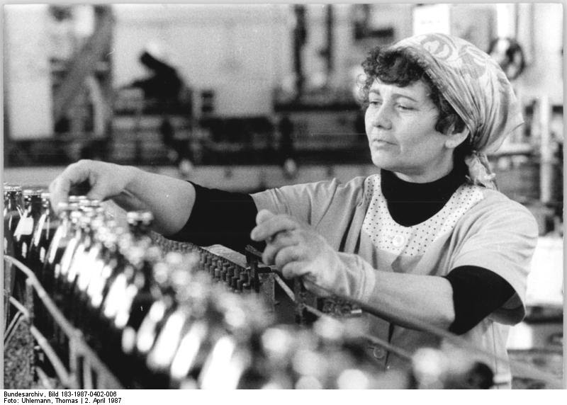 Bundesarchiv Bild 183-1987-0402-006, Getränkekombinat Magdeburg, Fließband, Industriearbeiterin