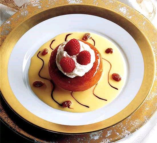 """Tradicional sobremesa francesa baba ao rum em receita do livro """"Larousse das Sobremesas"""""""