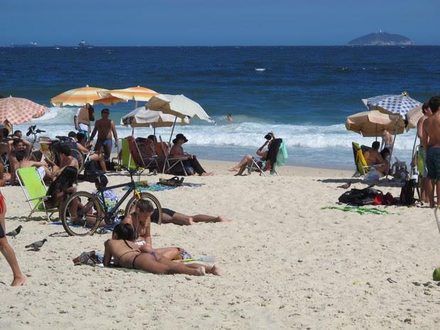 Praia de Ipanema ficou cheia na véspera de feriado no Rio (Foto: Marcelo Elizardo/ G1)