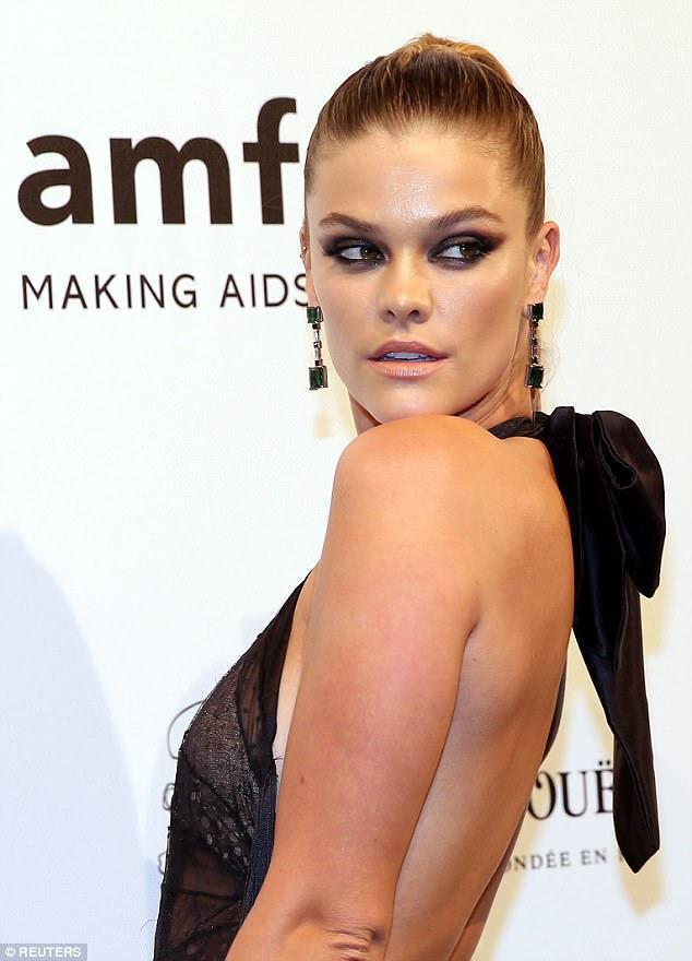Impressionante: ousado para impressionar, o modelo Sports Illustrated Swimsuit revelou seu amplo decote, já que o guarda-roupa apresentava um decote profundo.