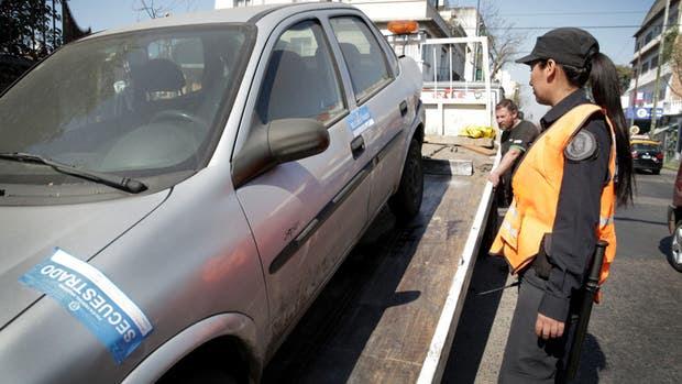Retiran un vehículo frente a la comisaría 37, en la avenida Nazca y Pareja