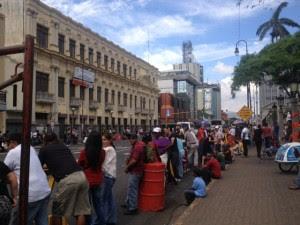 Ticos se aglomeran en Avenida Segunda para ver a Obama. CRH