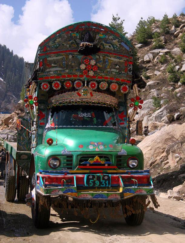 Arte dos coloridos caminhões paquistaneses 13