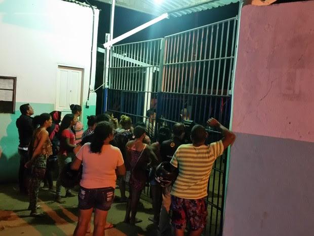 Familiares de apenados se aglomeraram em frente a unidade prisional, em busca de informação (Foto: Toni Francis/G1)