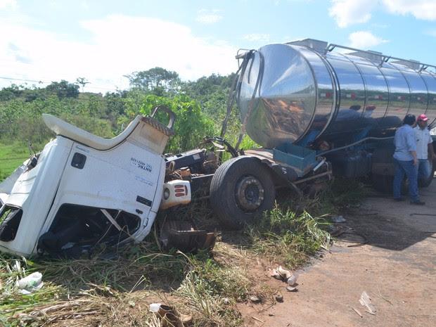 A cabine do caminhão que transportava leite ficou totalmente destruída e o carona morreu no local do acidente. (Foto: Marco Bernadi/G1)
