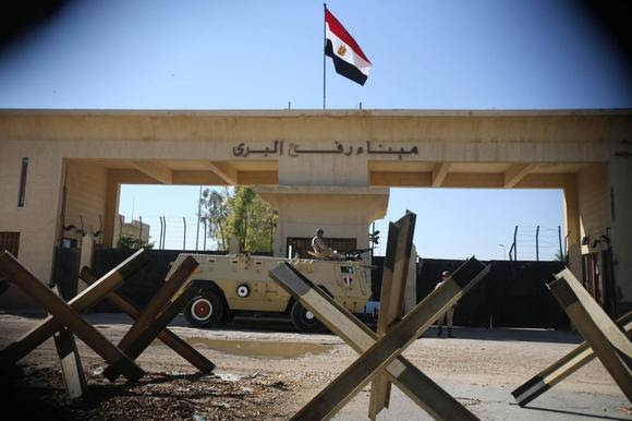 An Egyptian soldier keeps watch at the closed Rafah border crossing, between southern Gaza Strip and Egypt November 6, 2014. REUTERS/Ibraheem Abu Mustafa