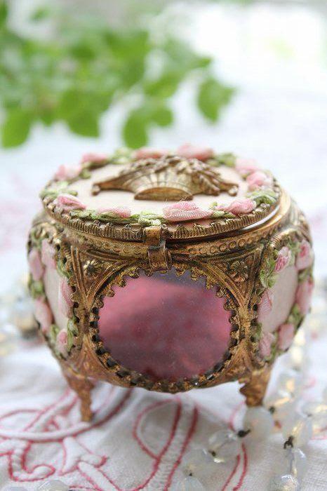 eine raffinierte vintage-inspirierten rosa Schmuck-box mit Rosen und vintage-gold