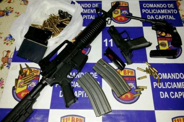 PM apreende fuzil e revólver com dois jovens em Porto Alegre PM/Divulgação
