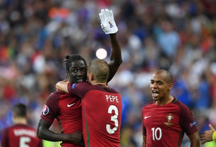 Éder comemora gol com luva branca (Foto: EFE)