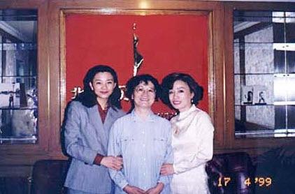 图片:温家宝女儿温如春(左一)。(网络资料)