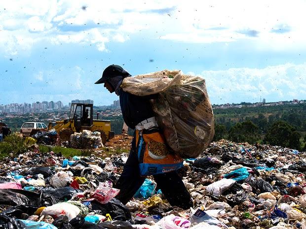 No maior lixão da América Latina - o lixão do Jóquei (ou da Estrutural), no Distrito Federal -, que existe desde a década de 60 e fica a 15 quilômetros do Palácio do Planalto, os catadores, inclusive crianças, enfrentam condições desumanas. São mais de 35 (Foto: Paula Fróes)