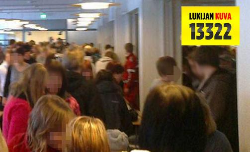 Oppilaat evakuoitiin turvaan koulun ruokalaan.
