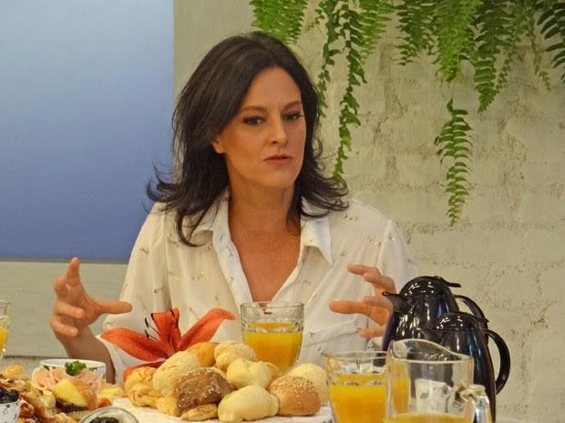 Claudia Missura ouve depoimentos da família (Foto: Mais Você / TV Globo)