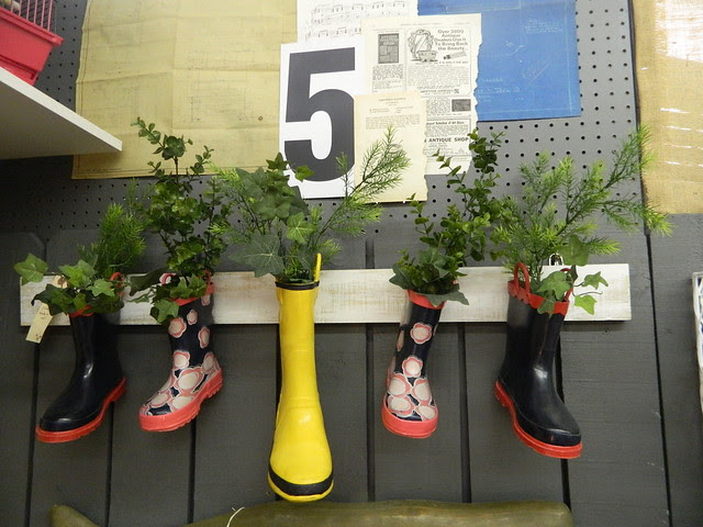 upcycled rubber boot wall vase via homeologymodernvintage.com