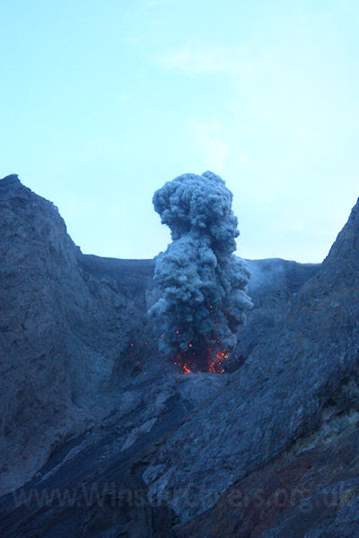 Activité strombolienne au volcan Batu Tara
