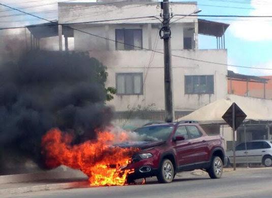 Carro pegou fogo ao passar por Valente   Foto: Leitor do Notícias de Santaluz