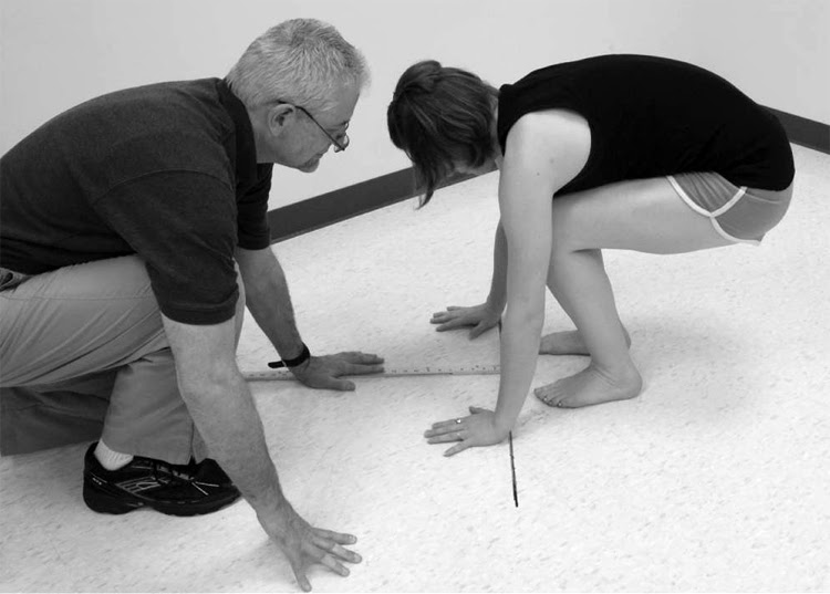 The knee pop-up: Hammer and Loubert study the surfers' low back pain | Photo: CHP-CMU