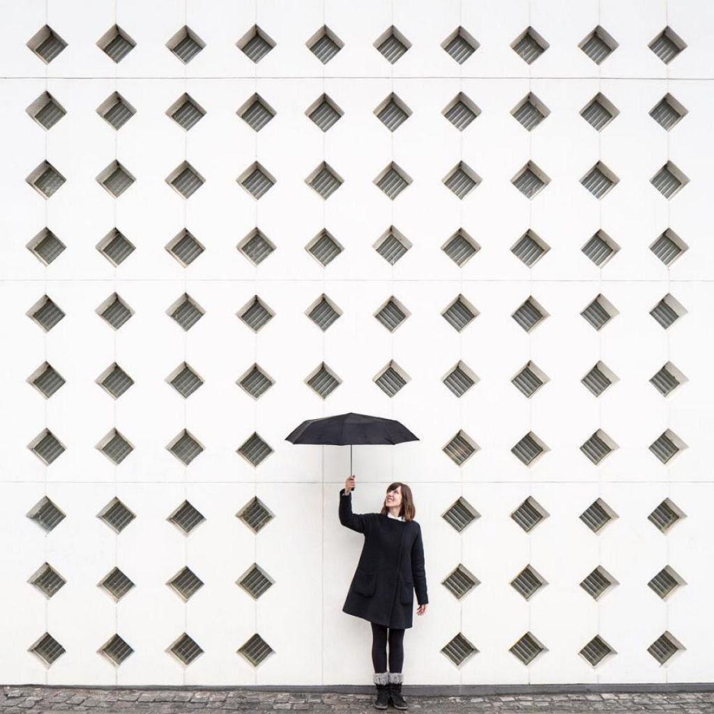 As criativas fotos de um casal que viaja o mundo brincado com a arquitetura 01