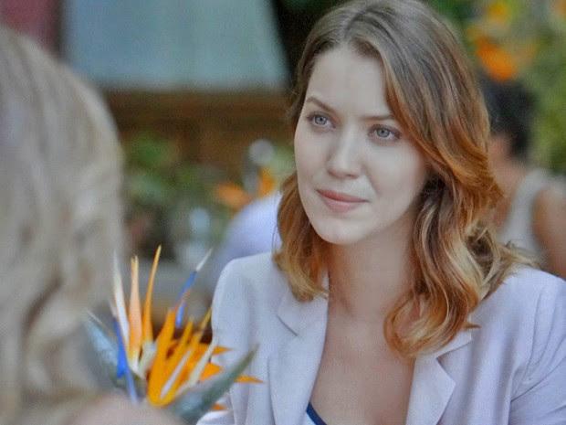 Laura descobre a verdade sobre suposto noivado de Kitty (Foto: TV Globo)