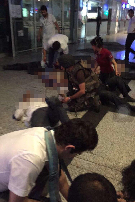 Paramédicos e oficiais das forças especiais na cena ajudar a mais de 140 feridos no aeroporto.  outros, pelo menos 41 foram mortos