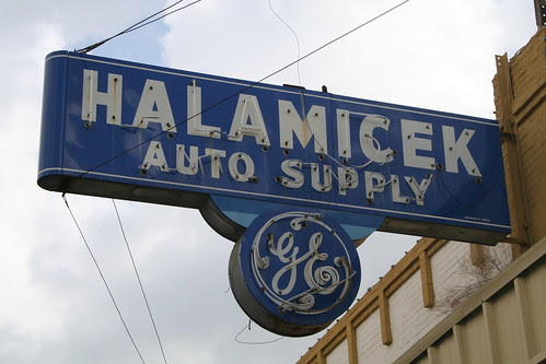 halamicek auto supply sign