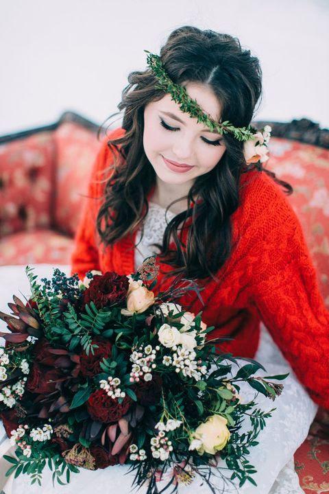 ein gemütliches Kabel stricken warme rote Strickjacke zu halten, eine winter-Braut gemütliche