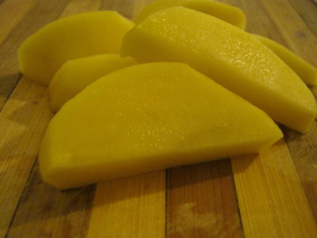 Нарезаем картошку дольками