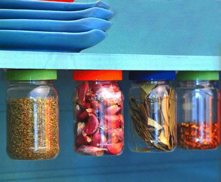 Potes de plásticos são aproveitados como organizadores de miudezas