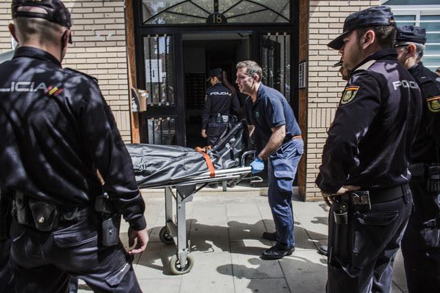 Traslado del cadáver de la mujer asesinada por su marido en Valencia, este miércoles.