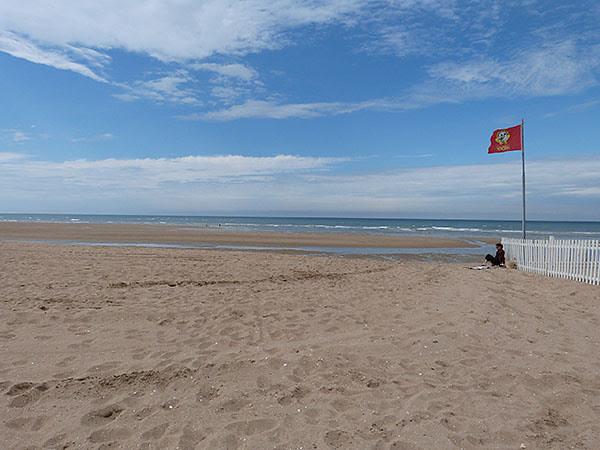 plage et drapeau