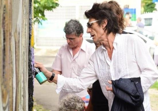 Ron Wood grafita logotipo dos Rolling Stones no Beco do Batman, em São Paulo