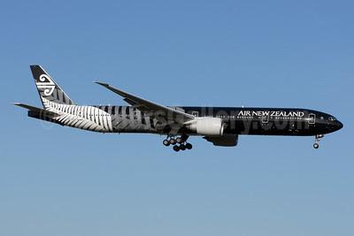 Air New Zealand Boeing 777-319 ER ZK-OKQ (msn 40689) (All Blacks-Crazy about Rugby) LHR (Rolf Wallner). Image: 912437.