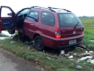Veículo bateu em um poste de telefone de emergência da rodovia Foto: Reprodução