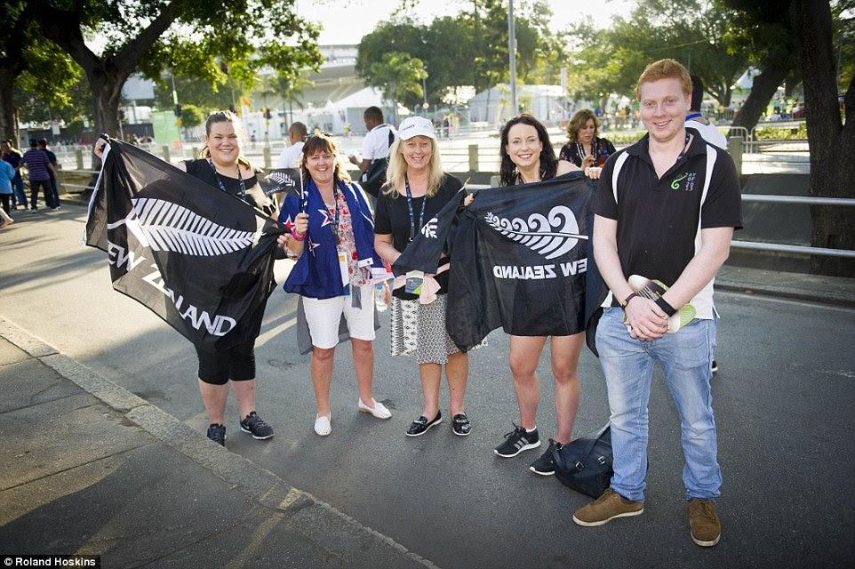 Bandeira-acenando: Sally Pendergast, 52 (centro) a partir de Christchurch voou de Nova Zelândia para apoiar sua filha Grace, que é um remador, juntamente com amigos e familiares