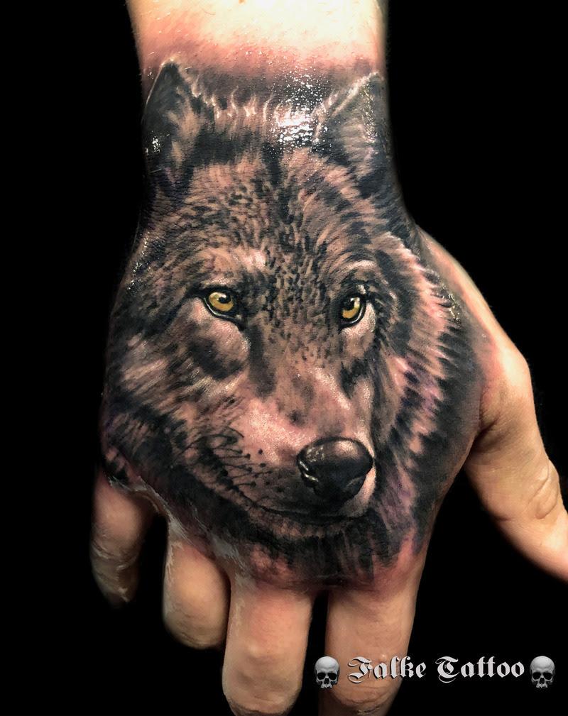 Tatuaje De Lobo Realizado En La Mano
