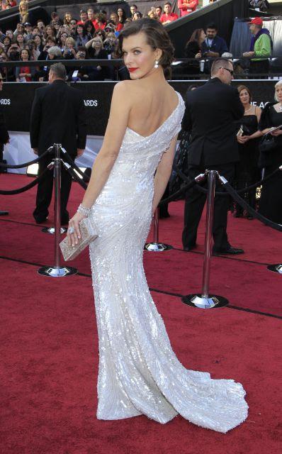 Milla Jovovich, posa en la alfombra roja de los Oscar 2012
