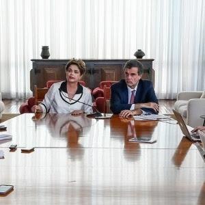 A ex-presidente Dilma Rousseff, ao lado do advogado José Eduardo Cardozo, dá entrevista a jornalistas