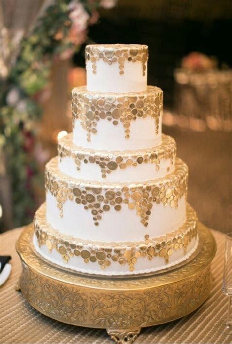 Pastel de boda en color dorado.