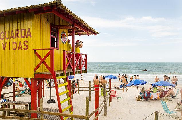 Posto de salva-vidas em Jurerê Internacional (SC); frequentadores bêbados na areia dão mais trabalho que banhistas