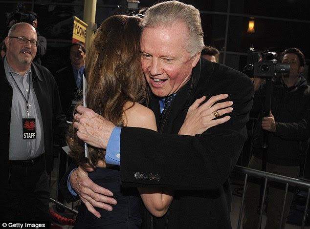 Caloroso abraço: Pai e filha compartilharam um abraço antes de o ator premiado com o Oscar foi para o cinema para ver o filme