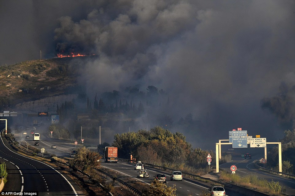 Smoke fez a condução perigosa nas auto-estradas na área e ventos fortes são definidas para piorar a situação