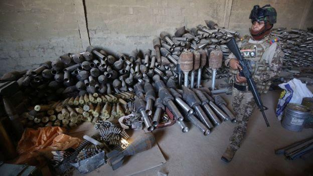 Un soldado iraquí junto a armas recuperadas tras la expulsión de EI de Faluya.