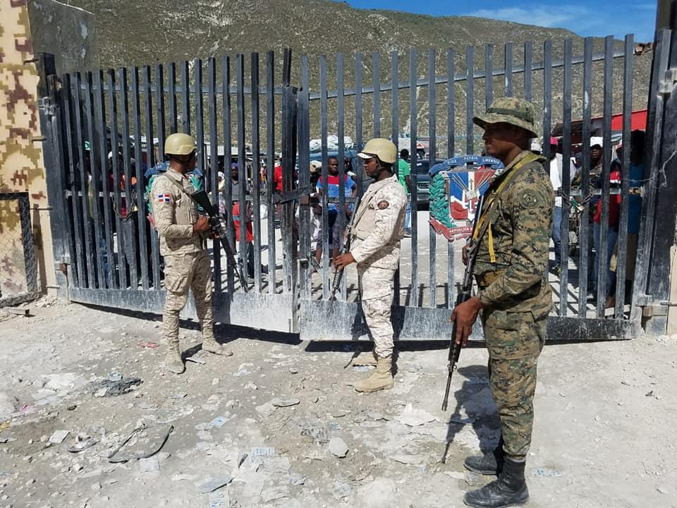 Resultado de imagen para soldado en la frontera de haiti