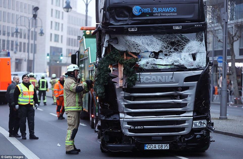 Equipes estavam trabalhando no camião toda a manhã, antes de ser levado para uma unidade segura para ser penteado ao longo de pistas