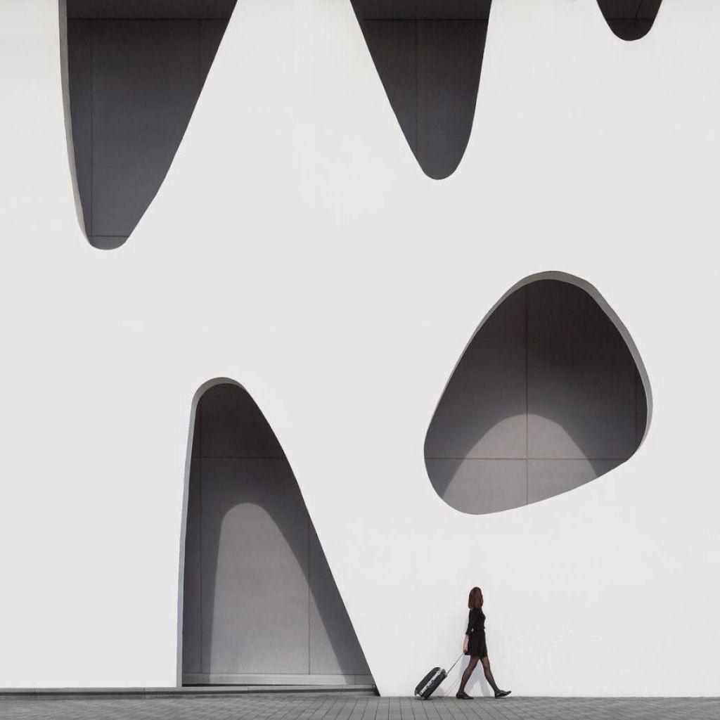 As criativas fotos de um casal que viaja o mundo brincado com a arquitetura 16